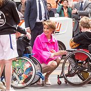 NLD/Amersfoort/20190427 - Koningsdag Amersfoort 2019, Prinses Marylene aan  het praten met basketbal spelertjes