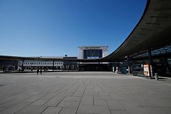 THEMENBILD - Der leere Vorplatz am Hauptbahnhof in Graz in Folge des Coronavirus-Ausbruchs in Österreich, aufgenommen am 16.03.2020 in Graz, Österreich // The empty square at the main railway station as a result of the coronavirus outbreak in Austria, on 2020/03/16 in Graz, Austria. EXPA Pictures © 2020, PhotoCredit: EXPA/ Erwin Scheriau
