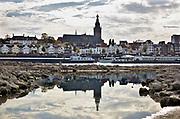 Nederland, the netherlands, Nijmegen, 17-10-2018Door de aanhoudende droogte staat het water in de rijn, ijssel en waal extreem laag . Laagterecord en de laagste officiele stand ooit bij Lobith gemeten, 6,73 m boven NAP . Zicht op de skyline van de stad met stevenstoren, stevenskerk en waalkade vanuit het droogevallen passantenhaventje van het lentereiland . Schepen moeten minder lading innemen om niet te diep te komen . Hierdoor is het drukker in de smallere vaargeul . Door te weinig regenval in het stroomgebied van de rijn is het record verbroken . Het passantenhaventje van het riviereiland Veur-Lent is drooggevallen, staat droog, is leeg.Foto: Flip Franssen