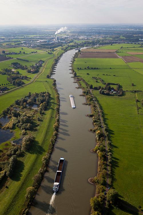 Nederland, Gelderland, Gemeente Arnhem, 03-10-2010; scheepvaartverkeer op de IJssel, ter hoogte van Velp met de uiterwaarden Velperwaarden en Velperbroek. Vuilverbranding bij Duiven aan de horizon..Shipping on the river IJssel, near Velp with floodplains Velperwaarden Velperbroek. Incinerator plant at Duiven on the horizon.luchtfoto (toeslag), aerial photo (additional fee required).foto/photo Siebe Swart