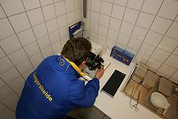 Inseminatie Labo Zangersheide<br /> Lanaken 2005<br /> © Hippo Foto - Dirk Caremans