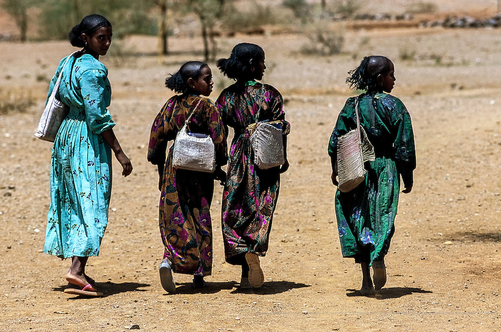 Ever since there is safe water in a well near their houses, Dilai (to the left) and her friends attend the Netbarhadnet School. Before the well was built, 69 girls studied there. Now, the school has 142 female students. Samre, Etiopia.