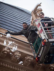 THEMENBILD - Auf Grund des Tauwetters nach dem Eisregen und daraus resultierenden Dachlawinen müssen am 06. Februar 2014 in Graz viele Dächer vom Schnee und Eis befreit werden // THEMES PICTURE - Many roofs in Graz have to be cleaned from ice and snow on 6 February 2014 to avoid roof avalanches, EXPA Pictures © 2013, PhotoCredit: EXPA/ Erwin Scheriau