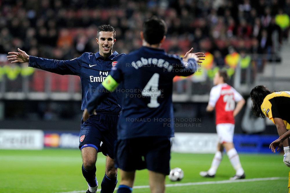 20-10-2009 VOETBAL: AZ - ARSENAL: ALKMAAR<br /> AZ in slotminuut naast Arsenal 1-1 / Cesc Fabregas scoort de 1-0 op een assist van Robin van Persie<br /> &copy;2009-WWW.FOTOHOOGENDOORN.NL