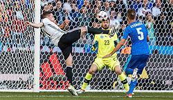 26.06.2016, Stade Pierre Mauroy, Lille, FRA, UEFA Euro 2016, Deutschland vs Slowakei, Achtelfinale, im Bild Tor zum 3:0 durch Julian Draxler (GER), Matus Kozacik (SVK), Norbert Gyoember (SVK) // Goal to 3:0 from Julian Draxler (GER) Matus Kozacik (SVK) Norbert Gyoember (SVK) during round of 16 match between Germany and Slovakia of the UEFA EURO 2016 France at the Stade Pierre Mauroy in Lille, France on 2016/06/26. EXPA Pictures © 2016, PhotoCredit: EXPA/ JFK