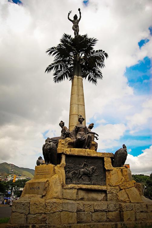 LA INDIA DE CARICUAO<br /> Caracas - Venezuela 2008<br /> Photography by Aaron Sosa<br /> <br /> La India de El Paraiso es uno de los monumentos que conforman el Patrimonio Historico de la ciudad capital. La India de El Paraíso es un monumento ubicado en Caracas, Venezuela en conmemoración de la Independencia de ese país tras la Batalla de Carabobo. Es el punto de encuentro de cuatro avenidas, Páez, O'Higgns, Teherán y Principal de La Vega, además sirve de punto limítrofe entre las parroquias El Paraíso y La Vega.