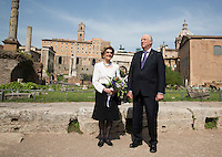 ROME, 20160407: Kong Harald og Dronning Sonja p&aring; omvisning i Forum Romanum under statsbes&oslash;kets siste dag i Roma. FOTO: TOM HANSEN<br /> <br /> <br /> <br /> <br /> King Harald and Queen Sonja was given a short guided tour at Forum Romano in Rome.  FOTO: TOM HANSEN
