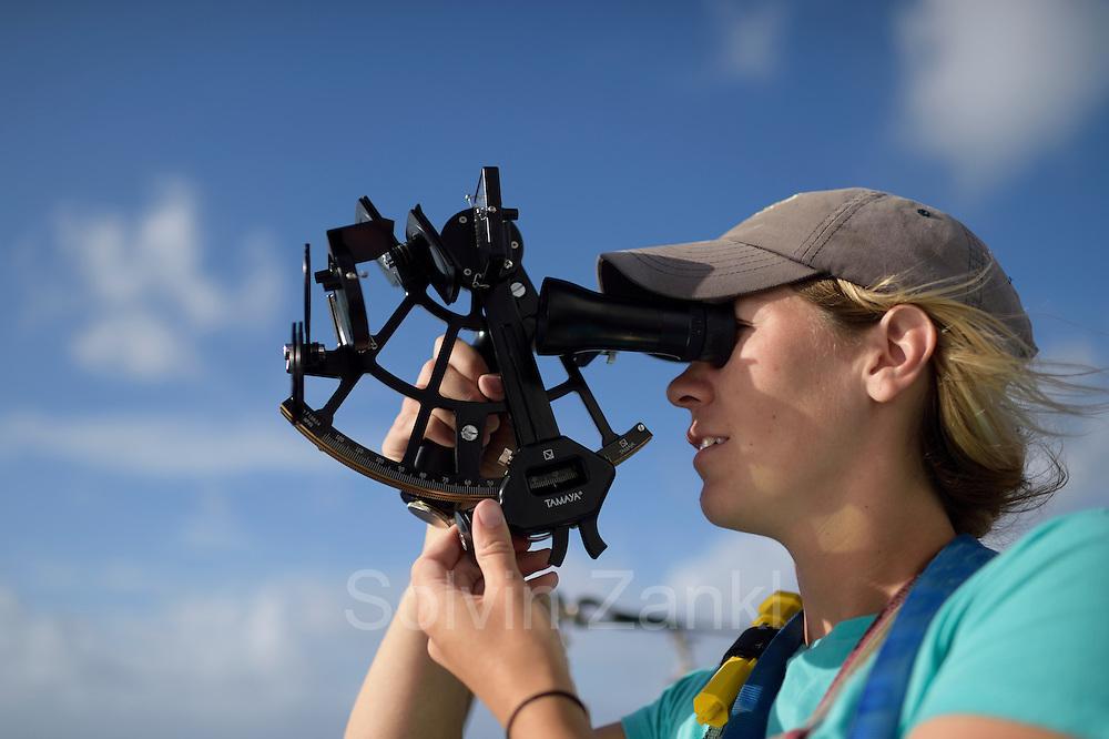 Sargasso Sea, Bermuda    2nd Mate Jill Hughes bei der Positionsbestimmung mit dem Sextanten  auf dem Forschungssegler Corwith Cramer zu trimmen. Der Forschungssegler Corwith Cramer durchquert im April 2014 die Sargasso See von Puerto Rico kommend bis zu den Bermuda Inseln.