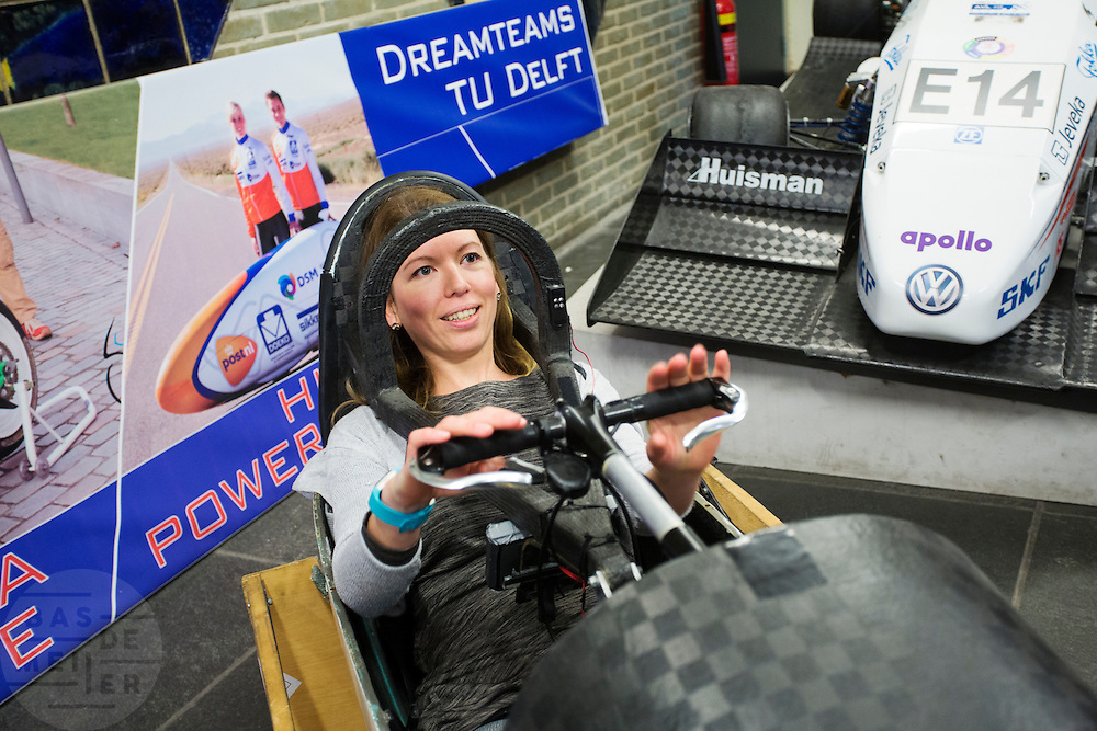 Op de TU Delft probeert Aniek Rooderkerken, een van de twee rijdsters van het team, de VeloX 4 in de Dreamhall. In september wil het Human Power Team Delft en Amsterdam, dat bestaat uit studenten van de TU Delft en de VU Amsterdam, tijdens de World Human Powered Speed Challenge in Nevada een poging doen het wereldrecord snelfietsen voor vrouwen te verbreken met de VeloX 7, een gestroomlijnde ligfiets. Het record is met 121,44 km/h sinds 2009 in handen van de Francaise Barbara Buatois. De Canadees Todd Reichert is de snelste man met 144,17 km/h sinds 2016.<br /> <br /> With the VeloX 7, a special recumbent bike, the Human Power Team Delft and Amsterdam, consisting of students of the TU Delft and the VU Amsterdam, also wants to set a new woman's world record cycling in September at the World Human Powered Speed Challenge in Nevada. The current speed record is 121,44 km/h, set in 2009 by Barbara Buatois. The fastest man is Todd Reichert with 144,17 km/h.