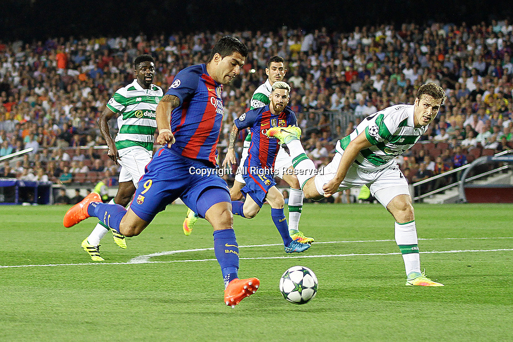 13.09.2016. Nou Camp, Barcelona, Spain. UEFA Champions League Football. Barcelona versus Celtic.  Suarez in action prepares to pass to Messi