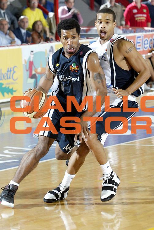 DESCRIZIONE : Napoli Lega A1 2005-06 Carpisa Basket Napoli Whirpool Pallacanestro Varese<br />GIOCATORE : Collins<br />SQUADRA : Whirpool Pallacanestro Varese<br />EVENTO : Campionato Lega A1 2005-2006 <br />GARA : Carpisa Basket Napoli Whirpool Pallacanestro Varese<br />DATA : 12/11/2005 <br />CATEGORIA : Palleggio<br />SPORT : Pallacanestro <br />AUTORE : Agenzia Ciamillo-Castoria/M.Cacciaguerra