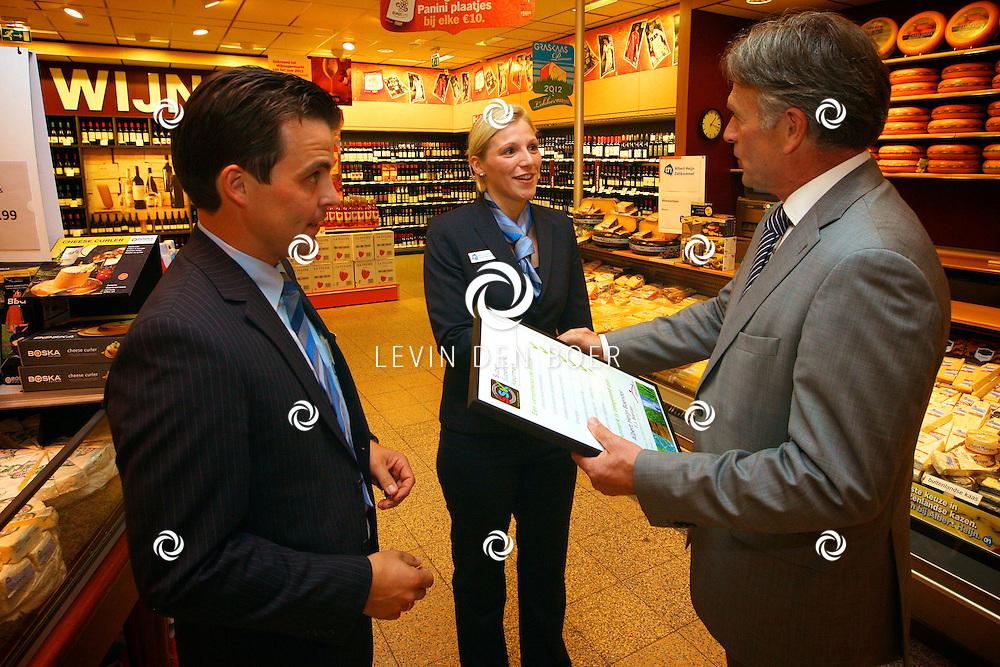 ZALTBOMMEL - De Albert Heijn in Zaltbommel heeft uit handen van Harry ten Have, voorzitter Vakcentrum, het SSK Keurmerk ontvangen. Dit staat voor Super Supermarkt Keurmerk. Met op de foto Anton van der Vliet, Nicole van Namen van de AH en de heer Harry ten Have. FOTO LEVIN DEN BOER - PERSFOTO.NU