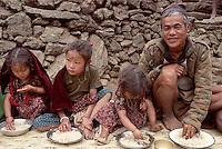 Nepal, region des Annapurna, famille d'ethnie Gurung. // Nepal, Annapurna area, family from Gurung ethnic group.
