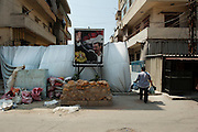 The Alawite district Jabal Mohsen supports Bashar Assad. Fabric and sandbags protect against bullets coming from the Sunni neighborhood Bab al-Tebbaneh...Le quartier alaouite Jabal Mohsen soutient Bachar El Assad. Bâches et sacs de sable pour se protéger des balles qui viennent du quartier sunnite Bab al-Tebbaneh.