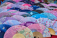Japon, île de Honshu, région de Kansaï, Kyoto, vieux quartier de Sannenzaka, boutique d'éventails // Japan, Honshu island, Kansai region, Kyoto, old street of Sannenzaka, souvenir shop of the fan