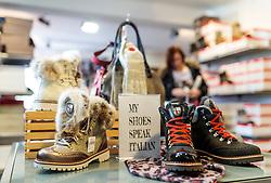 THEMENBILD - Winterschuhe auf einem Verkaufsregal in einem Modegeschäft, aufgenommen am 18. November 2016, Kaprun, Österreich // Winter shoes on a sales shelf in a fashion shop, Kaprun, Austria on 2016/11/18. EXPA Pictures © 2016, PhotoCredit: EXPA/ JFK