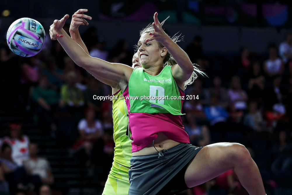Vanes-Mari Du Toit of South Africa in action. Fast5 Netball World Series, Day 1, Australia v South Africa at Vector Arena, Auckland, New Zealand. Saturday 8 November 2014. Photo: Anthony Au-Yeung / photosport.co.nz