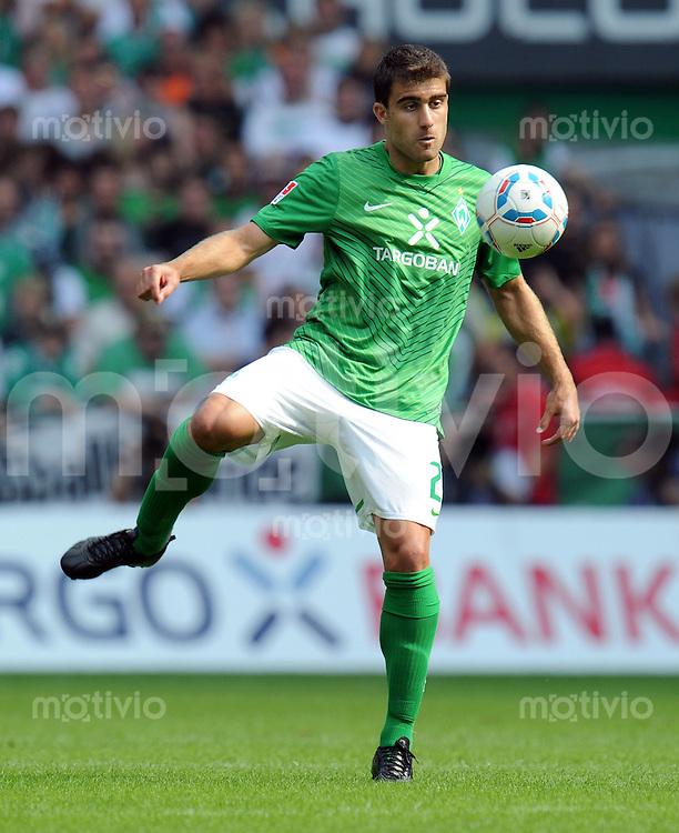 FUSSBALL   1. BUNDESLIGA   SAISON 2011/2012    3. SPIELTAG SV Werder Bremen - SC Freiburg                             20.08.2011 Sokratis PAPASTATHOPOULOS (Bremen) EInzelaktion am Ball