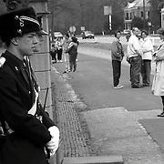 NLD/Baarn/19920430 - Koninginnedag 1992 Baarn, wacht bij paleis Soestdijk Baarn