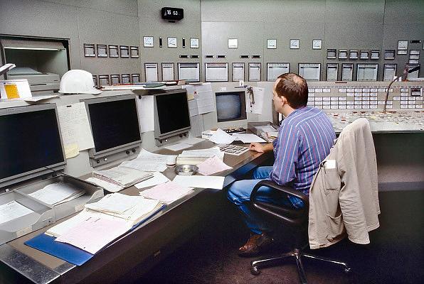 Nederland, Nijmegen, 11-10-1989Controlekamer van de electriciteitscentrale van Elektrabel in Nijmegen. Deze centrale is modern wat betreft filtering van rookgasuitstoot. De vliegas wordt er uitgehaald en gebruikt als grondstof voor wegenbouw en cementindustrie. Samenvoeging van zwavel uit de ontzwavelingsinstallatie en van de slakken, kalksteen, levert gips op. Kolen of bio brandstof. Foto: Flip Franssen/HH