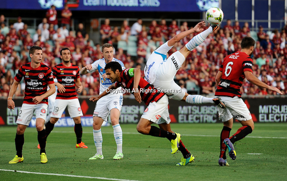 06.01.2015. Sydney, Australia. Hyundai A-League Round 14. Western Sydney Wanderers FC v Melbourne Victory FC. Victory defender Nick Ansell makes a spectacular attempt for the ball.