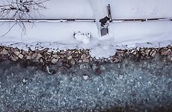 THEMENBILD - ein Mann beim Schneeräumen mit einer Schneehexe befördert den Schnee in einen Bach, aufgenommen am 28. Januar 2019 in Kaprun, Oesterreich // a man clearing the snow with a snow witch and transports it into a river in Kaprun, Austria on 2019/01/28. EXPA Pictures © 2019, PhotoCredit: EXPA/ JFK