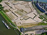 Nederland, Noord-Holland, Gemeente Amsterdam; 02-09-2020; Zeeburg met Zeeburgereiland, het nog onbebouwde deel is de toekomstige Sluisbuurt. Zeeburgereiland huisvestte in het verleden de rioolwaterzuiveringsinstallatie Oost (RWZI Oost).<br /> De Oranjesluizen scheiden het Afgesloten IJ (Binnen-IJ) van het Buiten-IJ.<br /> Zeeburg with Zeeburgereiland, the undeveloped part is the future Sluisbuurt. Zeeburgereiland used to house the Eastern sewage treatment plant (WWTP East).<br /> luchtfoto (toeslag op standaard tarieven);<br /> aerial photo (additional fee required)<br /> copyright © 2020 foto/photo Siebe Swart