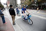 In San Francisco rijden fietsers op de Ford Gobike, het deelfietssyteem in San Francisco. Het openbaar huursysteem, voorheen Bay Area Bike Share geheten, is vanaf 2013 operatief rond de San Francisco bay. Het bestaat momenteel uit ongeveer 7000 fietsen. De fietsen kunnen bij elk station worden gepakt en op een willekeurig ander station worden neergezet. Per rit is het eerste half uur gratis, de huurfietsen zijn bedoeld voor korte ritten.<br /> <br /> In San Francisco cyclists ride on the Ford Gobike, formerly known as Bay Area Bike Share, the bike sharing system in San Francisco Bay Area. The public rental system has been operative since 2013 in San Francisco and currently consists of about 7000 bikes. The bikes can be picked up at each station and put down at any other station. Per trip, the first half hour is for free. The rental bicycles are provided for short journeys.