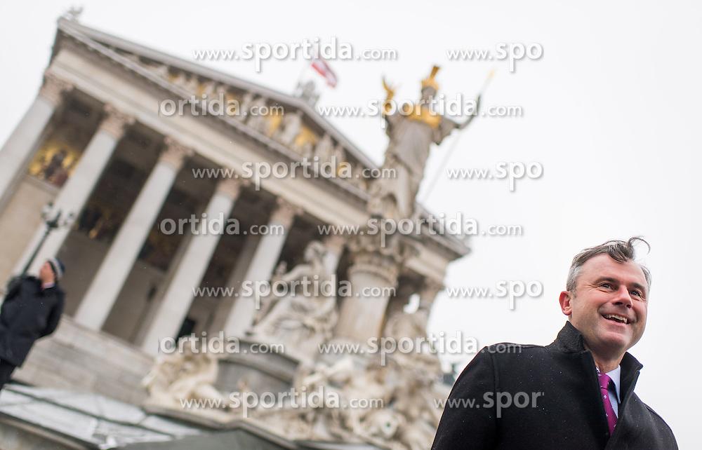 """31.01.2017, Parlament, Wien, AUT, Parlament, Nationalratssitzung, Sitzung des Nationalrates mit Erklärungen des Bundes- und des Vizekanzlers zum Thema """"Für Österreich - Arbeitsprogramm der Bundesregierung 2017/2018"""", im Bild Dritter Nationalratspraesident Norbert Hofer (FPÖ) bei einer FPÖ Fotoaktion vor dem Parlament // 3rd President of the National Council Norbert Hofer (FPOe) during meeting of the National Council of austria at austrian parliament in Vienna, Austria on 2017/01/31, EXPA Pictures © 2017, PhotoCredit: EXPA/ Michael Gruber"""