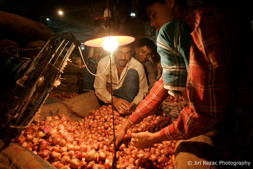 BANGLADESH DHAKA KAWRAN BAZAAR 1MARB05 - Onion traders at Kawran Bazaar vegetable market. The Bazaar has been in the Tejgaon area for at least 30 years and is one of the largest markets in Dhaka city...jre/Photo by Jiri Rezac ..© Jiri Rezac 2005..Contact: +44 (0) 7050 110 417.Mobile:  +44 (0) 7801 337 683.Office:  +44 (0) 20 8968 9635..Email:   jiri@jirirezac.com.Web:    www.jirirezac.com..© All images Jiri Rezac 2005- All rights reserved.