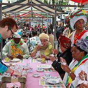 NLD/Amsterdam/20130701 - Keti Koti Ontbijt 2013 op het Leidse Plein, Patrick Lodiers voorziet de Surinaamse dames van ontbijt