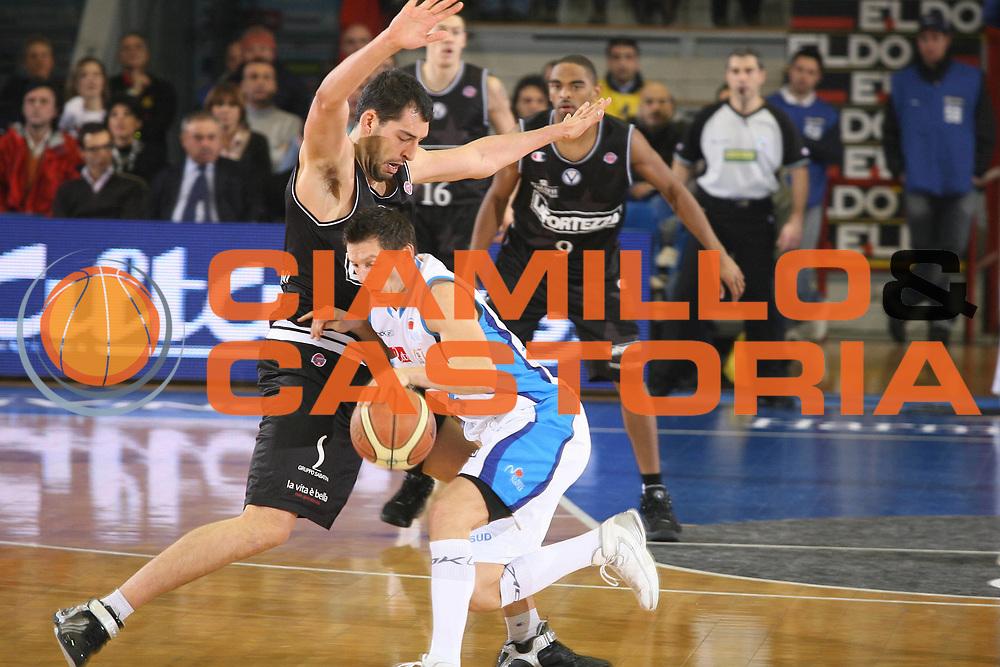 DESCRIZIONE : Napoli Lega A1 2007-08 Eldo Napoli La Fortezza Virtus Bologna<br />GIOCATORE : Luca Garri<br />SQUADRA : La Fortezza Virtus Bologna<br />EVENTO : Campionato Lega A1 2007-2008<br />GARA : Eldo Napoli La Fortezza Virtus Bologna<br />DATA : 17/02/2008<br />CATEGORIA : Difesa<br />SPORT : Pallacanestro <br />AUTORE : Agenzia Ciamillo-Castoria/G.Ciamillo