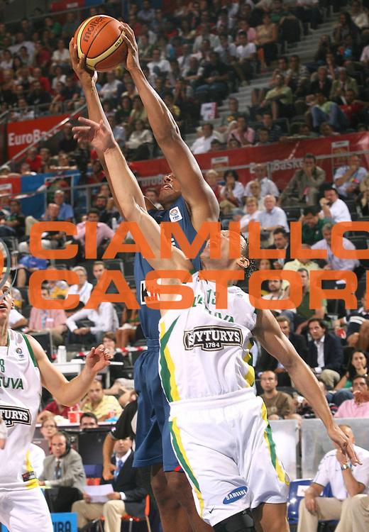 DESCRIZIONE : Madrid Spagna Spain Eurobasket Men 2007 Qualifying Round Lituania Francia Lithuania France <br /> GIOCATORE : Sarunas Jasikevicius <br /> SQUADRA : Lituania Lithuania <br /> EVENTO : Eurobasket Men 2007 Campionati Europei Uomini 2007 <br /> GARA : Lituania Francia Lithuania France <br /> DATA : 10/09/2007 <br /> CATEGORIA : Rimbalzo <br /> SPORT : Pallacanestro <br /> AUTORE : Ciamillo&amp;Castoria/A.Vlachos <br /> Galleria : Eurobasket Men 2007 <br /> Fotonotizia : Madrid Spagna Spain Eurobasket Men 2007 Qualifying Round Lituania Francia Lithuania France <br /> Predefinita :