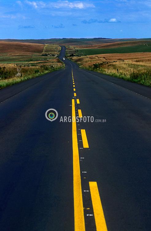 Parana, Brasil. .Estrada asfaltada e com faixas amarelas de sinalizacao de ultrapassagem./ Road with yellow signs..Foto  © Marcos Issa/Ag.Argosfoto