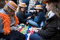 Nederland. Den Haag, 16 september 2008.<br /> Prinsjesdag.<br /> Kaartje leggen voor paleis Noordeinde.<br /> Foto Martijn Beekman<br /> NIET VOOR PUBLIKATIE IN LANDELIJKE DAGBLADEN.