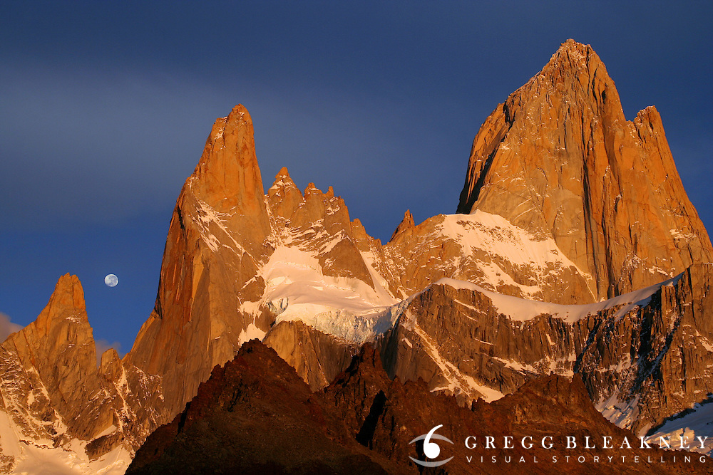 Sunrise of fire and full moon behind Fitz Roy - Los Glaciares National Park - Patagonia - Argentina