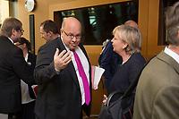 31 OCT 2013, BERLIN/GERMANY:<br /> Peter Altmaier (L), CDU, Bundesumweltminister, und Hannelore Kraft (R), SPD, Ministerpraesidentin Nordrhein-Westfalen, im Gespraech, vor Beginn der Verhandlungen in der Koalitionsarbeitsgruppe Energie im Rahmen der Koalitionsverhandlungen von CDU/CSU und SPD, Bundesumweltministerium<br /> IMAGE: 20131031-01-001<br /> KEYWORDS: Gespräch