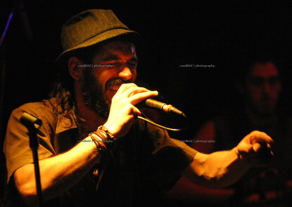 Sänger Tony Moreno von der bekannten andalusischen Ska-Groove Formation Eskorzo bei einem Konzert in Dannenberg.