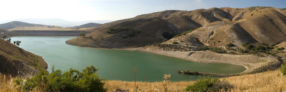 Le barrage sur la rivière Ziglab est un projet du Sharhabil Bin Hassneh EcoPark, soutenu par l'ONG Friends of the Earth in the Middle East. Grâce à une bonne exploitation de cette ressource en eau, la vallée commence à reverdir et les populations locales deviennent plus vigilantes quant à la préservation de leur environnement. Jordanie, mai 2011
