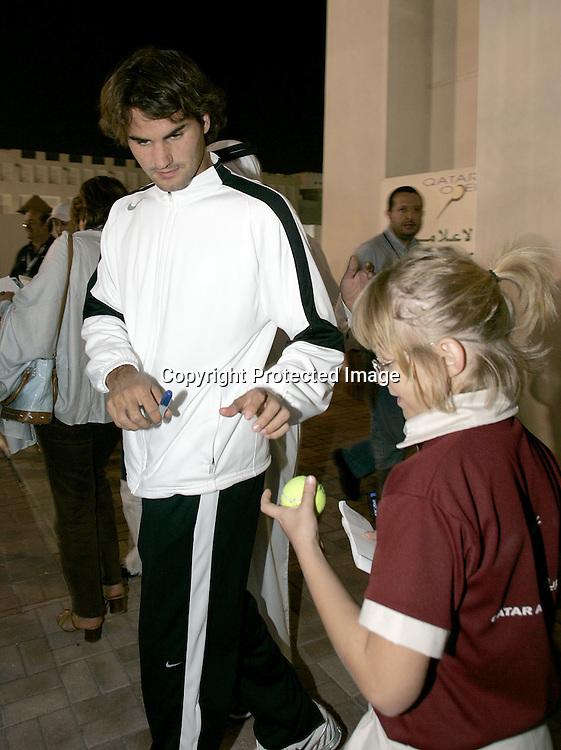 Qatar, Doha, ATP Tennis Turnier Qatar Open 2005, Roger Federer (SUI) schreibt Autogramme fuer Fans, 03.01.2005,<br />Foto: Juergen Hasenkopf