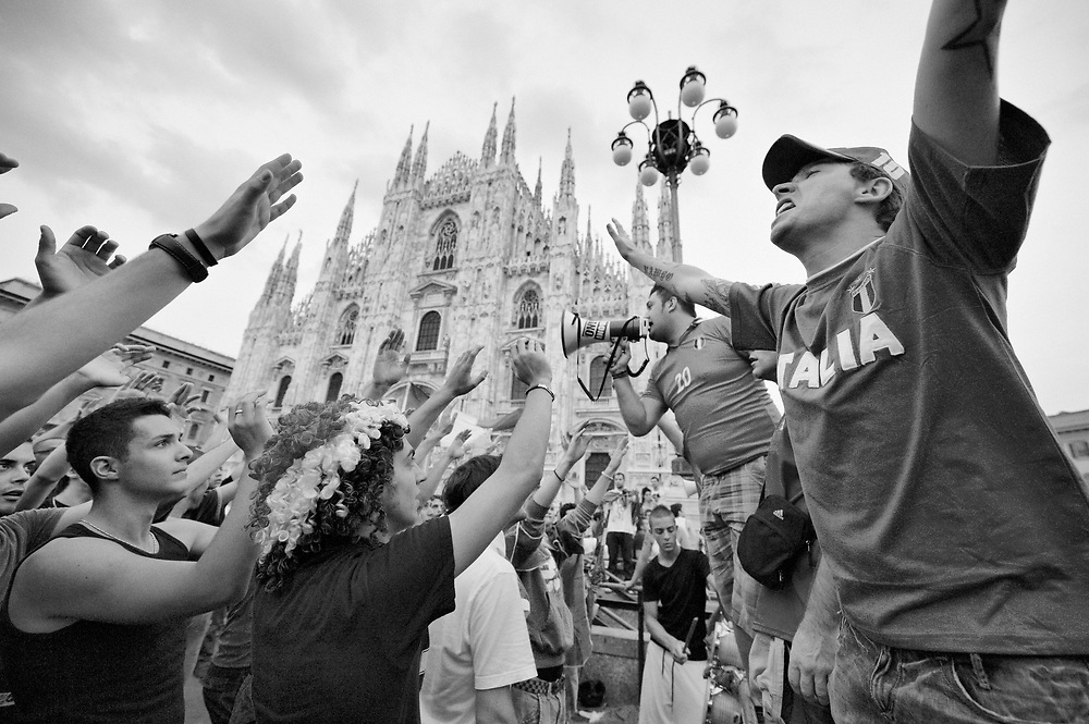 Milan (Italy) 20th June 2010  Italian fans in Piazza del Duomo Square in Milan get ready for today footbal match for the FIFA World Cup 2010 against New Zealand<br /> <br /> ***Agreed Fee's Apply To All Image Use***<br /> Marco Secchi /Xianpix<br />  tel +44 (0) 207 1939846<br />  e-mail ms@msecchi.com <br /> www.marcosecchi.com