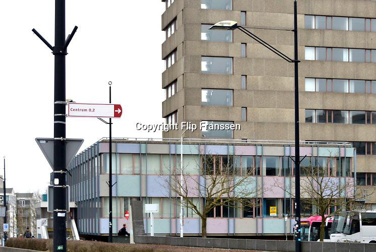 Nederland, nijmegen, 18-3-2016In het centrum van de stad bij het centraal station komt zo goed als zeker een AZC, asielzoekerscentrum in het voormalige belastinggebouw . Dit overheidskantoor is door het ministerie aan het COA aangeboden. Het staat al enkele jaren leeg . Het ligt tegenover het politiebureau en het nieuwe Doornroosje en naast de gloednieuwe Nimbus woontoren waarin soiciale huurappartementen zitten. Waarschijnlijk komen er met name alleenstaanden te wonen.De bewonerst zullen naar verwachting niet uitsluitend asielzoekers zijn. De gemeente streeft naar een gemixte bewoning, vluchtelingen naast jonge starters en soms ook andere doelgroepen voor beschermd wonen.FOTO: FLIP FRANSSEN/ HH