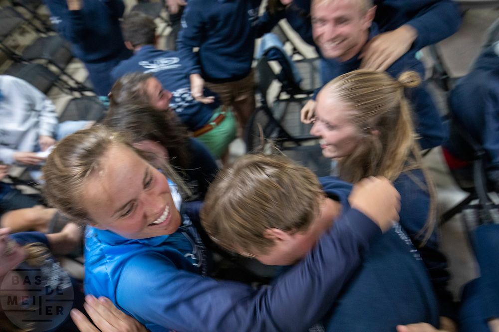 Blijdschap bij het team na het halen van het wereldrecord op de tweede racedag. Het Human Power Team Delft en Amsterdam, dat bestaat uit studenten van de TU Delft en de VU Amsterdam, is in Amerika om tijdens de World Human Powered Speed Challenge in Nevada een poging te doen het wereldrecord snelfietsen voor vrouwen te verbreken met de VeloX 9, een gestroomlijnde ligfiets. Het record is met 121,81 km/h sinds 2010 in handen van de Francaise Barbara Buatois. De Canadees Todd Reichert is de snelste man met 144,17 km/h sinds 2016.<br /> <br /> With the VeloX 9, a special recumbent bike, the Human Power Team Delft and Amsterdam, consisting of students of the TU Delft and the VU Amsterdam, wants to set a new woman's world record cycling in September at the World Human Powered Speed Challenge in Nevada. The current speed record is 121,81 km/h, set in 2010 by Barbara Buatois. The fastest man is Todd Reichert with 144,17 km/h.