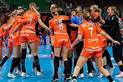 13-12-2019 JAP: Semi Final Netherlands - Russia, Kumamoto<br /> The Netherlands beat Russia in the semifinals 33-22 and qualify for the final on Sunday in Park Dome at 24th IHF Women's Handball World Championship / Team Netherlands celebrate