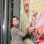 NLD/Amsterdam/20190414 - Premiere 't Schaep met de 5 Pooten, Marie-Claire Witlox bij de poster van Jeroen van Koningsbrugge