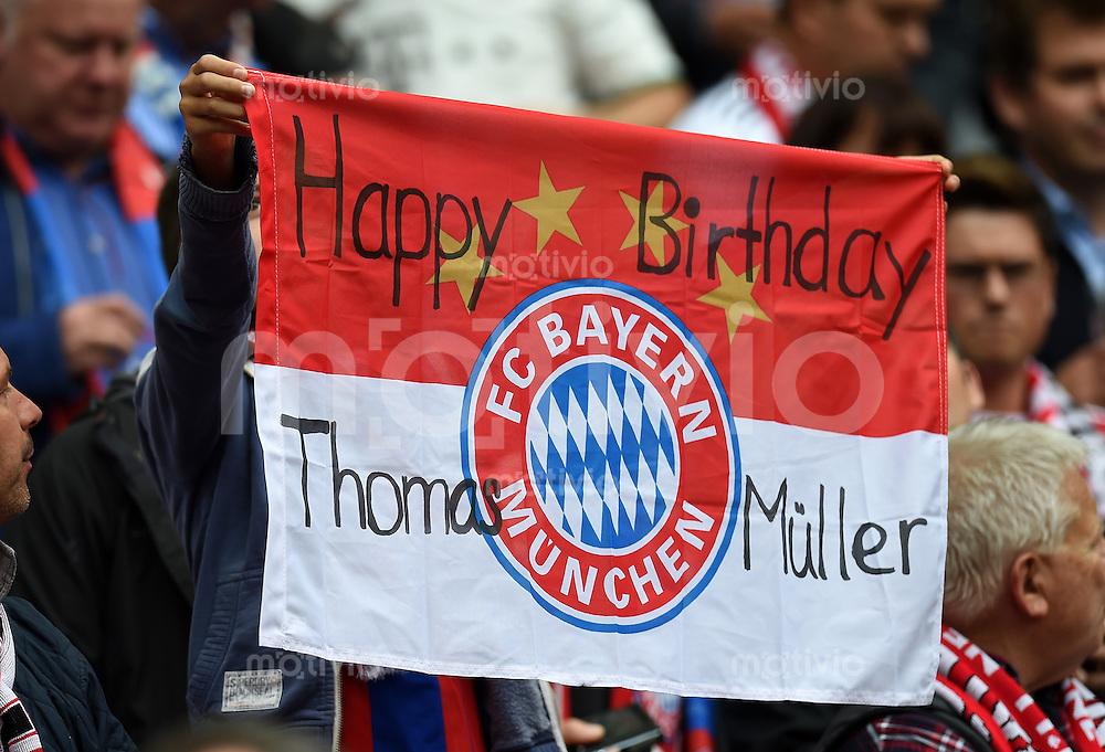 Fussball  1. Bundesliga  Saison 2014/2015   3. SPIELTAG FC Bayern Muenchen - VfB Stuttgart       13.09.2014 FC Bayern Muenchen Fan mit einer Vereinsfahne mit der Aufschrift; Happy Birthday Thomas Mueller