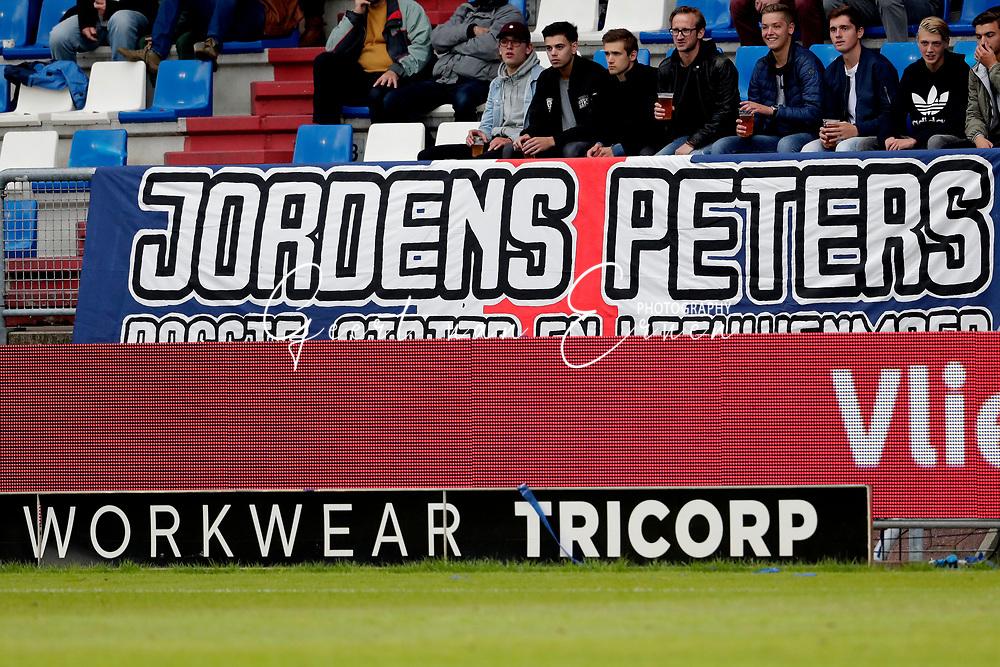 Supporters van Willem II met een banner voor Jordens Peters
