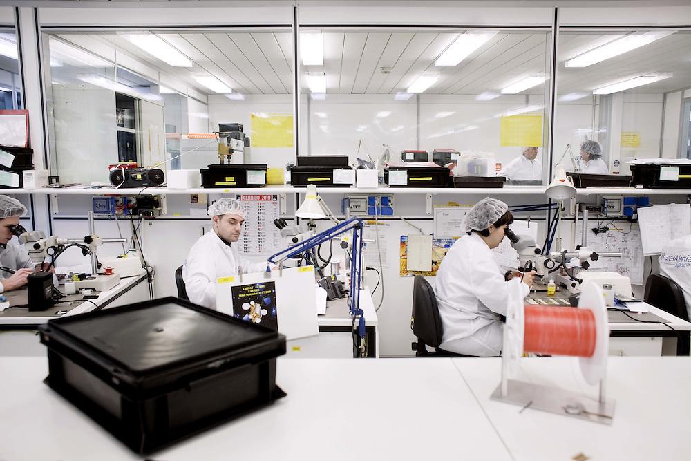 Operatori elettronici in camera pulita<br /> <br /> Operators in electronic clean room