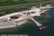 Verbetering Waddenzeedijk Ameland. Wetterskip Fryslân verbetert de Waddenzeedijk op Ameland. Over een lengte van 16,5 kilometer wordt de bekleding versterkt en de dijk met gemiddeld 35 centimeter verhoogd. In 2018 zijn de werkzaamheden aan het grootschalige project afgerond. De dijk voldoet dan weer aan de wettelijke veiligheidseisen en biedt de komende 50 jaar bescherming tegen hoogwater. De werkzaamheden zijn in juni 2015 gestart en duren tot 2018. De totale projectkosten bedragen 77 miljoen euro. De verbetering van 16,5 kilometer Waddenzeedijk op Ameland is het grootste dijkproject in de geschiedenis van Wetterskip Fryslân.