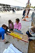 Nederland, Nijmegen, 25-10-2015Bewoners van de noodopvang azc tentenkamp Heumensoord hebben een Hollandse spelletjesdag, georganiseerd door de scouting. Er is zaklopen, blikjes gooien, touwtje springen, sjoelen, klomplopen en er staat een houten koe die kinderen kunnen melken.FOTO: FLIP FRANSSEN/ HH